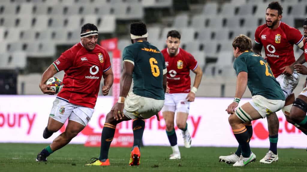 Mako Vunipola comes up against Siya Kolisi